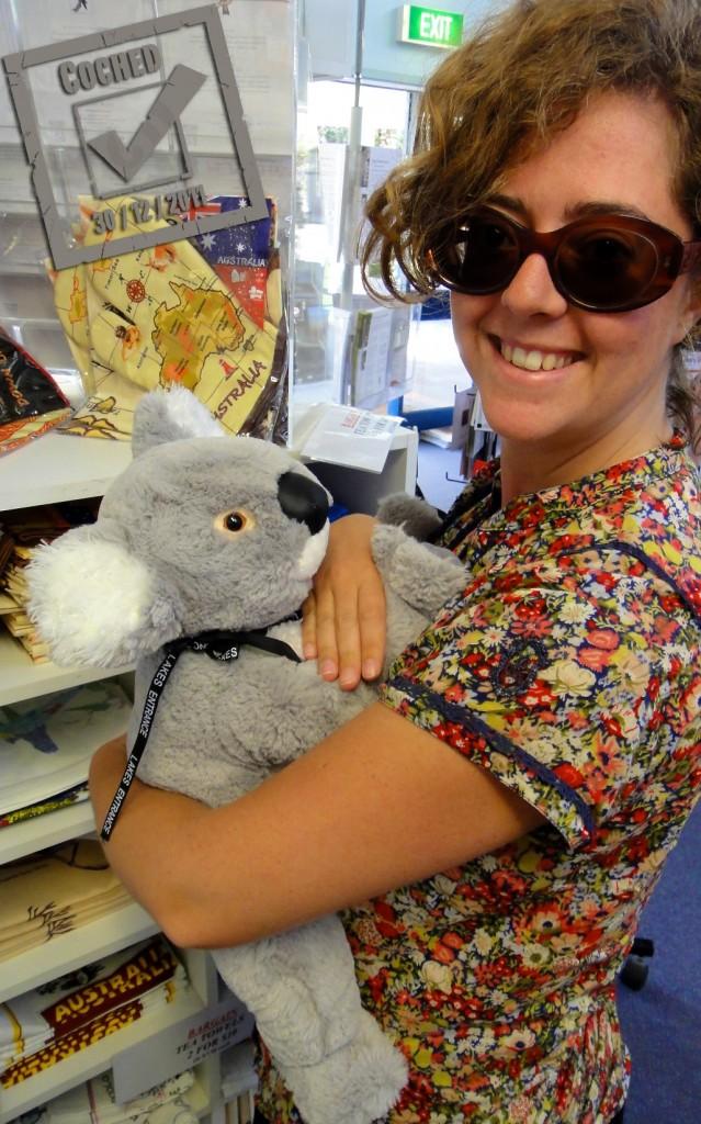 Une touriste avec une peluche à mon effigie