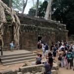 Touristes envahissant le temple de Ta Prohm