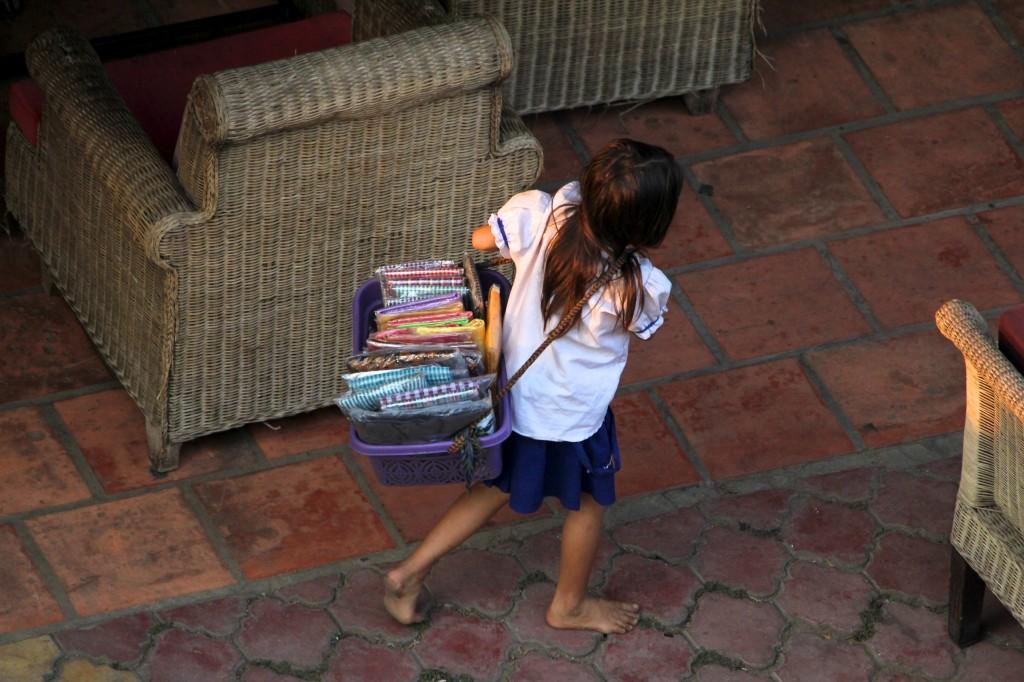 Petite fille vendant dans la rue