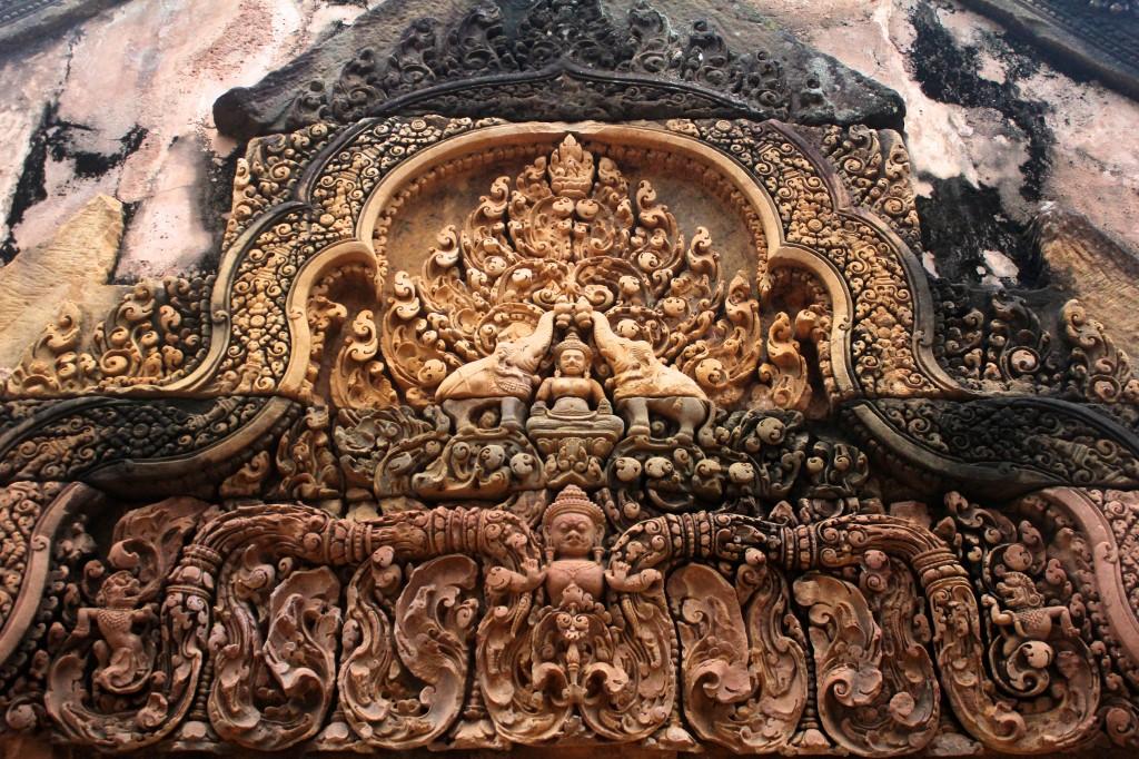 Bas relief du fronton en grès rose du gopura oriental du Banteay Srei