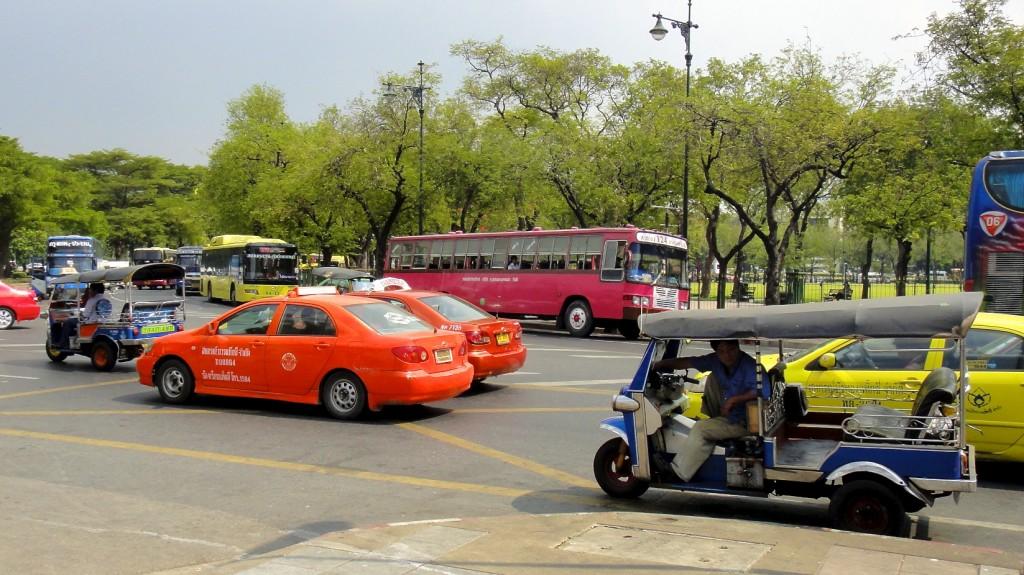 Traffic urbain aux alentours du palais royal