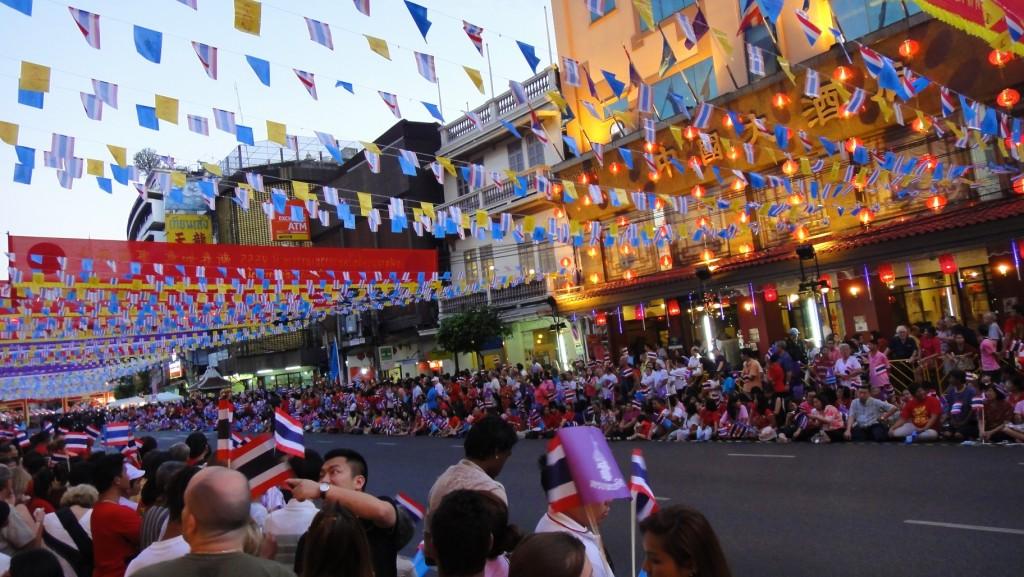 Chinatown, le soir du nouvel an chinois. Tout le monde attendait depuis des heures pour le défilé. Et alors que l'on imaginait les dragons multicolores, c'est la reine et ses filles qui ont défilé dans leurs berlines entourées de leurs gardes du corps !