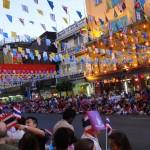 En attendant le défilé lors du nouvel an Chinois. Pour l'anecdote, les thaïlandais attendaient la reine dans sa voiture (avec vitres teintées), génial ! Nous qui pensions attendre un défilé de dragons.