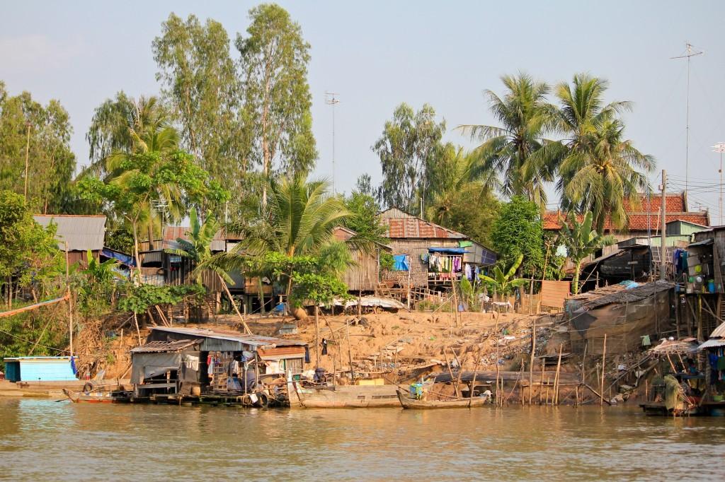 Maisons sur pilotis au bord du Mekong