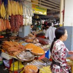 Etal de poissons séchés au marché central (central market) de Phnom Penh
