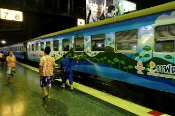 Petite toilette du train express avant le départ à 5h55 vers Aranyaprathet