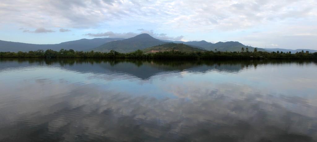 Vue sur le fleuve Kampot au petit matin