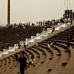 Aérobic et footing dans le stade olympique de Phnom Penh à la tombée de la nuit
