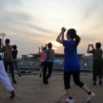 Cours d'aérobic au coucher du soleil au stage olympique de Phnom Penh