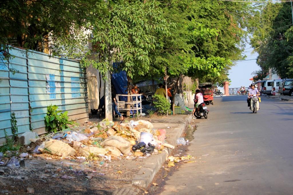 Ordures dans les rues de Phnom Penh