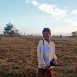 Femme pnong allant chercher de l'eau à la rivière avec son panier typique sur le dos
