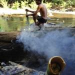 Préparation du repas dans la jungle et cuisson des légumes dans un bambou