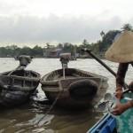 Dégagement de l'hélice du bateau prise dans un des nombreux détritus envahissant le fleuve