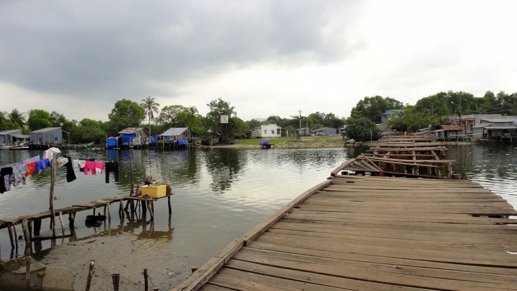Pont en bois dans un village de Cua Can