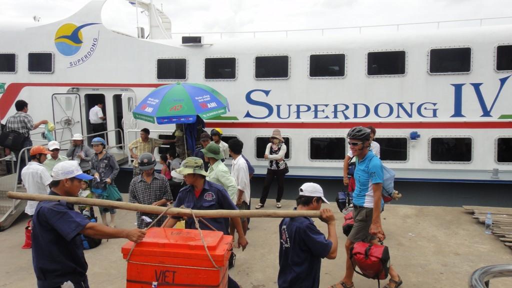 Sur le quai pour prendre le ferry pour Rach Gia