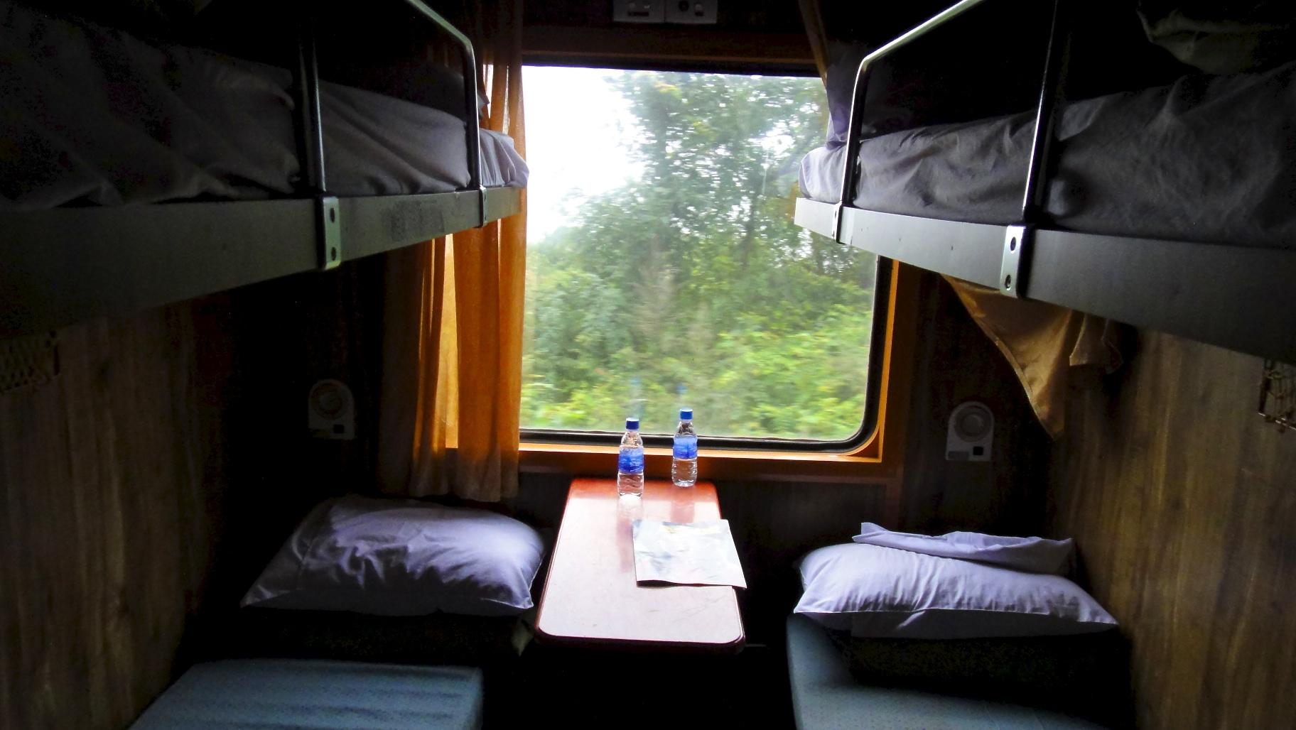 compartiment couchette molle dans l 39 express de la r unification. Black Bedroom Furniture Sets. Home Design Ideas