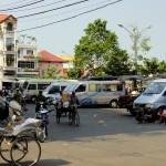 Transports divers et variés dans les rues de Chau Doc, avec au premier plan un Xe Loi