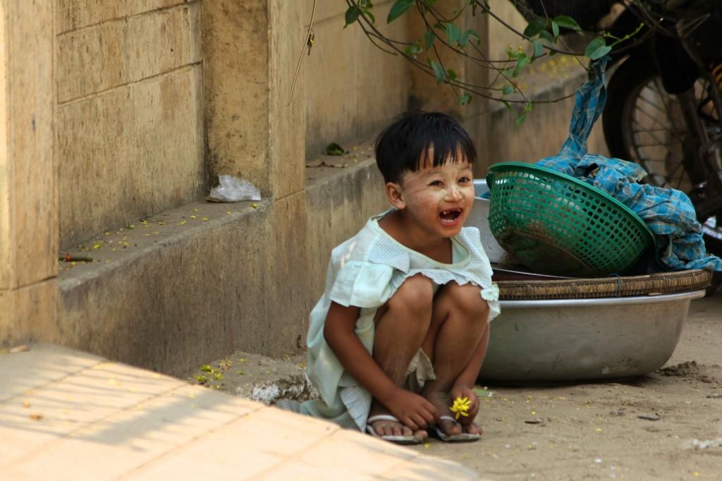 Petit fille maquillée au thanaka