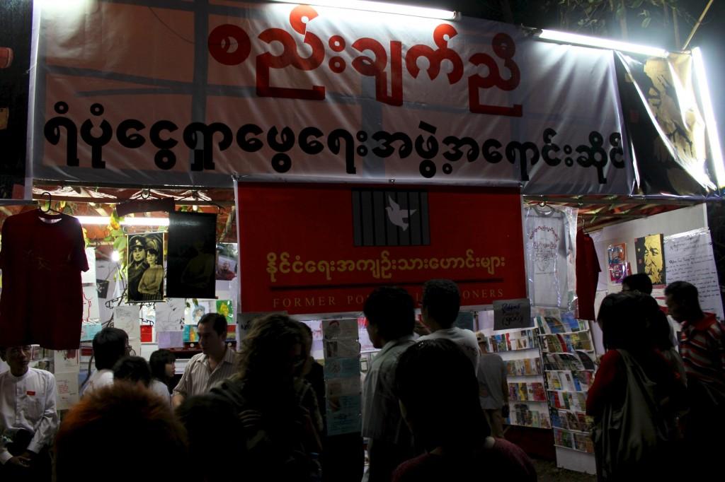 Stand du NLD dans une ruelle passante à la sortie de la pagode