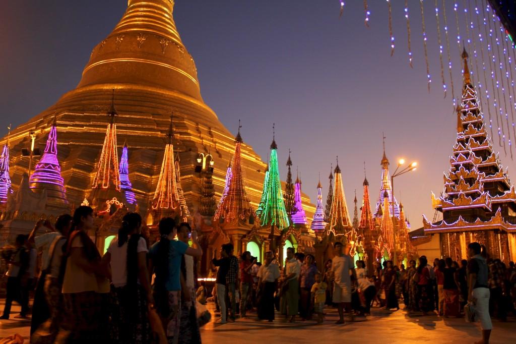 Paya Shwedagon à la tombée de la nuit