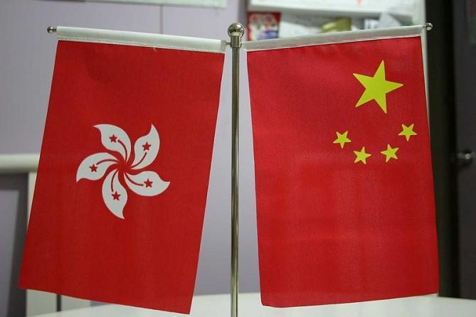 Drapeaux de Hong Kong et de la Chine face à face (copyright Ernie Chan)