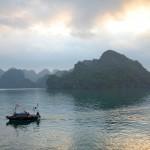Lever du soleil mystérieux et extraordinaire sur la baie d'Halong