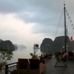 Seuls sur le pont pour admirer le lever du soleil sur Halong Bay