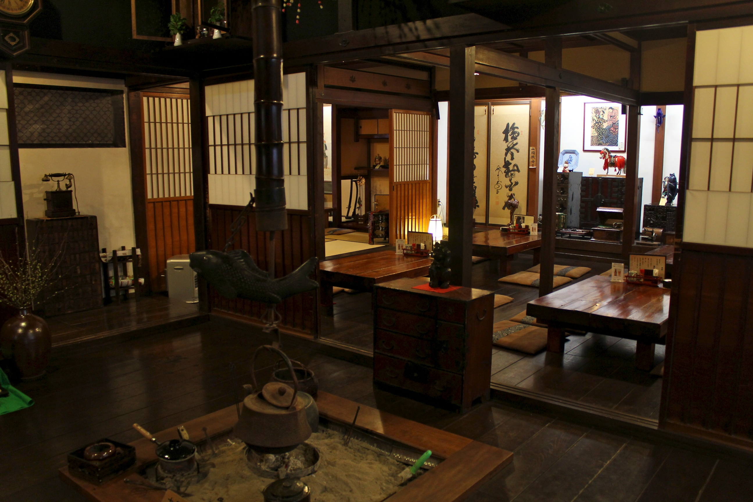 restaurant dans une maison traditionnelle japonaise de takayama. Black Bedroom Furniture Sets. Home Design Ideas
