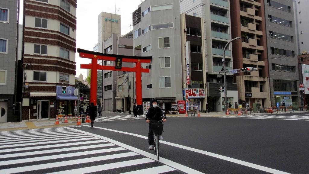 Tori (porte d'un temple) au milieu des immeubles de Tokyo