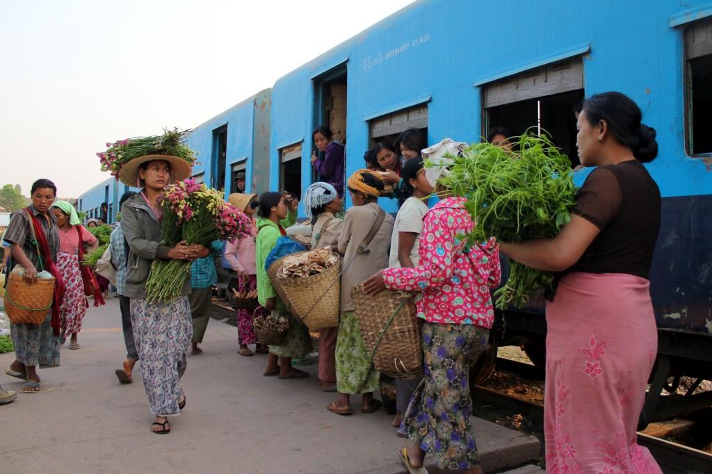 Ravitaillement à la gare de train de Myin Dike