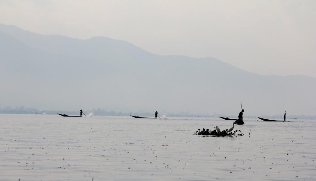 Pêcheurs au petit matin sur le lac Inlé