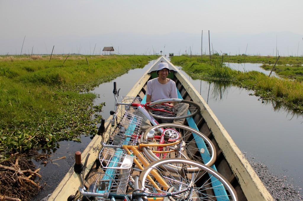 Comme les habitants, nous n'avons pas hésité à traverser le lac en vélo, avec Vincent un ancien tourdumondiste rencontré à Yangon
