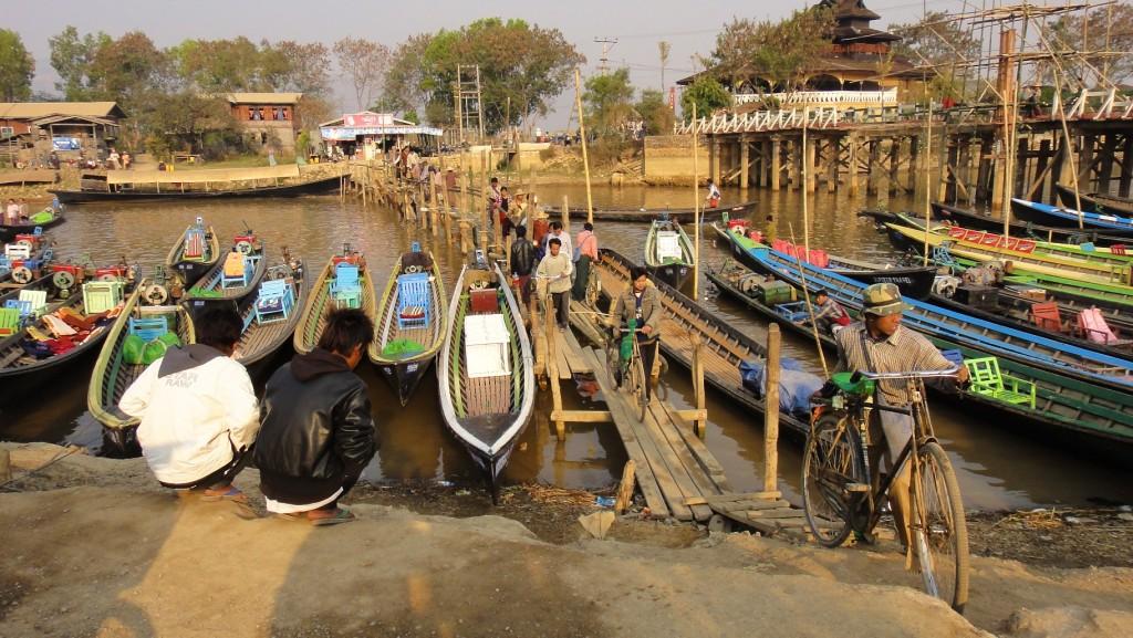 Traversée du canal avec les vélos sur un petit pont de fortune en bambou