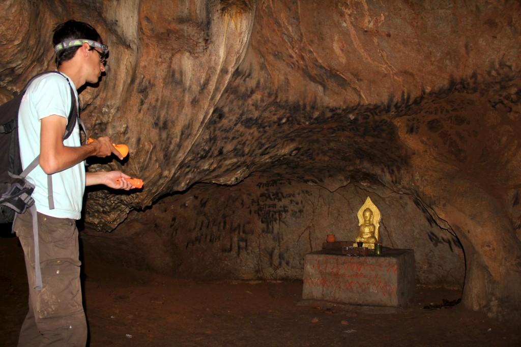 Statue dorée de bouddha cachée dans une grotte