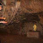 Statue dorée de bouddha caché dans une grotte