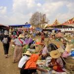 Marché dans le village de Tha Ley près de la paya Phaung Daw Oo