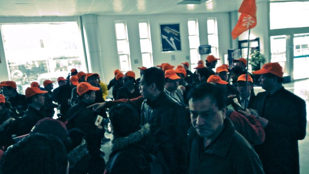 Le groupe des casquettes rouges