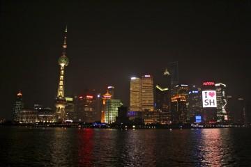 Les immeubles de Pudong de nuit depuis le Bund