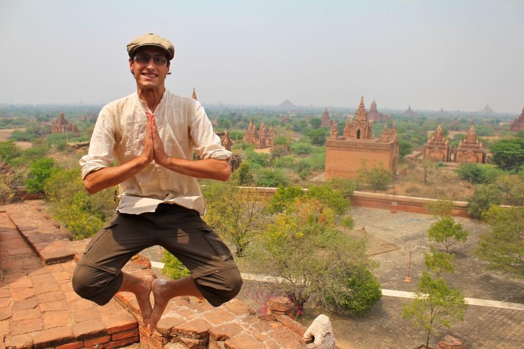 Toujours plus haut pour admirer la vaste pleine au plus de 2000 temples de Bagan