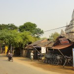 La rue des restaurants à Nyaung U