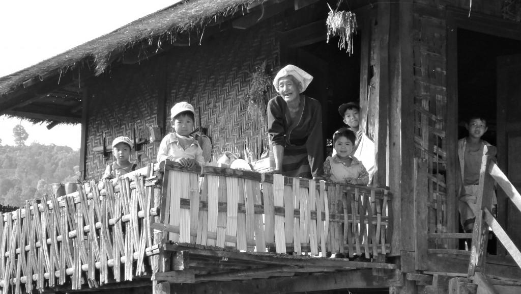Habitants pa-o à la terrasse de leur maison en bambou