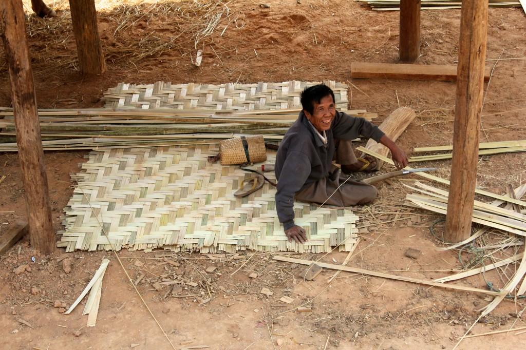 Tressage de panneaux de bambou pour les murs d'une maison