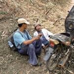 Discussion autour d'un problème mécanique entre notre guide et un habitant de la montagne