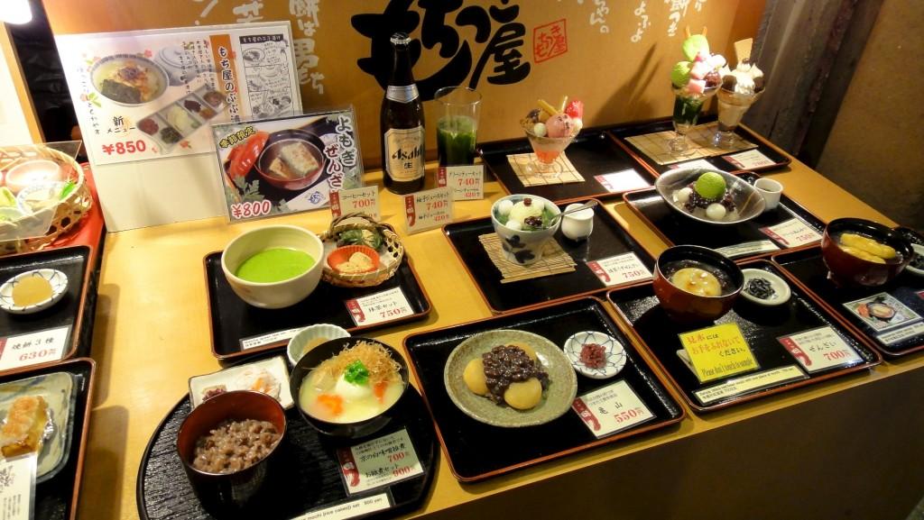Vitrine d'un restaurant japonais avec ses reproductions en plastique de plats
