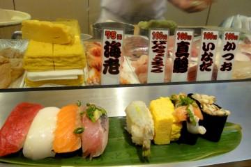 Nigiri-zushis et makis-zushis dans un bar à sushis