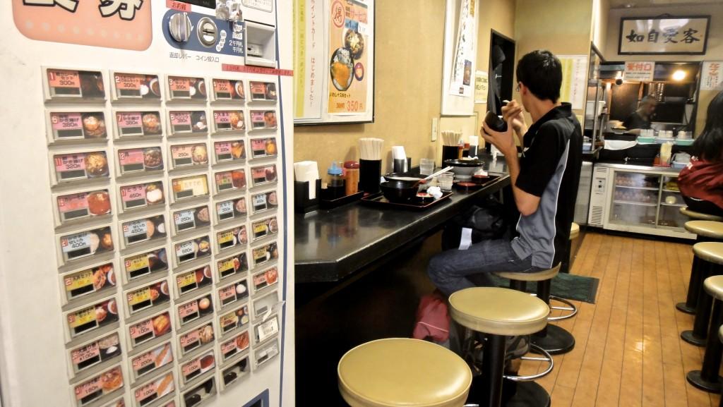 Fast-food de nouilles avec distributeur automatique pour passer commande et régler à l'entrée