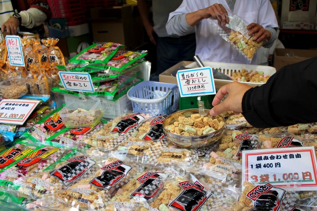 Dégustation de galettes de riz sur un stand d'épicerie