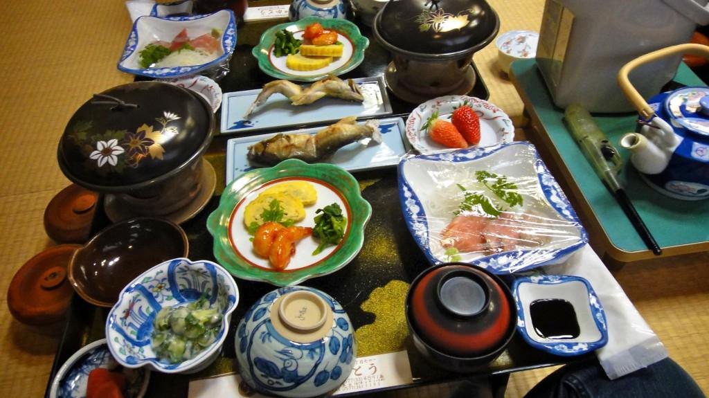 Plateau repas dans un ryokan avec sashimis, soupe miso, ragoût de boeuf, légumes cuisinés, fraises...