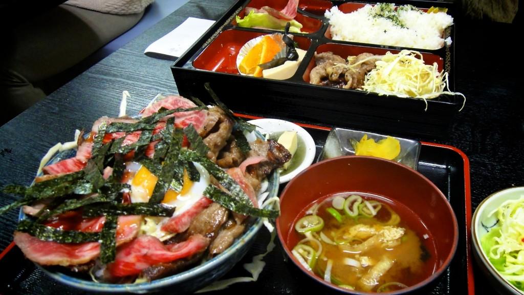 Menu dans un restaurant à Takayama avec boeuf de Hida, riz, soupe, pickles