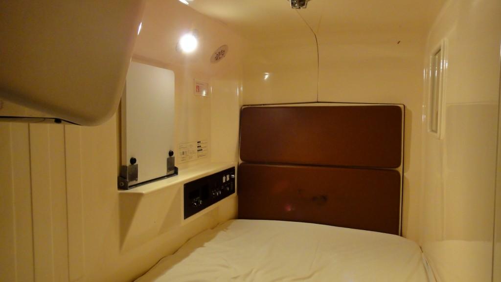 Intérieur d'une capsule hôtel à Osaka